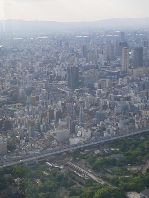 「あべのハルカス展望台」から街を望む(大阪のシンボル、通天閣)