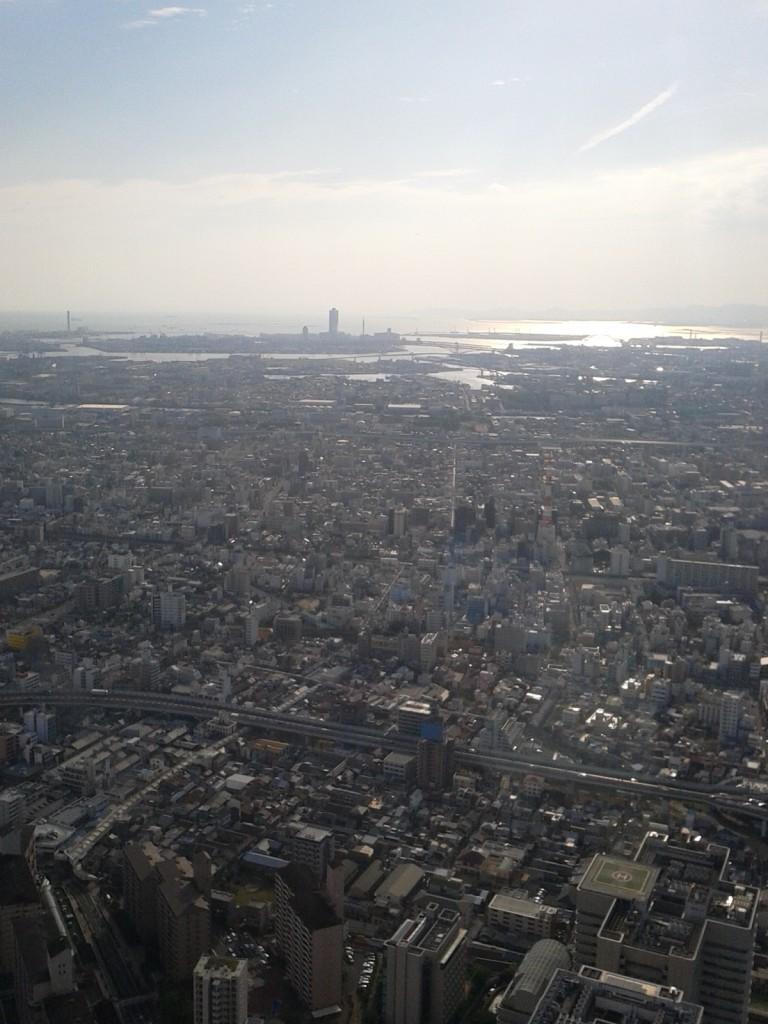 「あべのハルカス展望台」から街を望む(明石海峡大橋も見える)