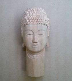 仏頭の彫り方(釈迦如来、よく研いだ彫刻刀で仕上げていき、最後に螺髪(らほつ)を彫る)