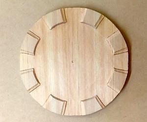 框の彫り方(脚部分の両端を丸刀で彫る)