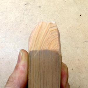 彫刻刀の仕上げる木目が際立つ