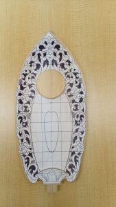 舟形に彫ったものに下絵を貼る(舟形光背の彫り方)