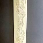 包丁の鞘に龍を彫刻