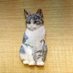 彫ったネコのレリーフを彩色する