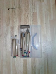 プラスチックケースに彫刻刀を入れた