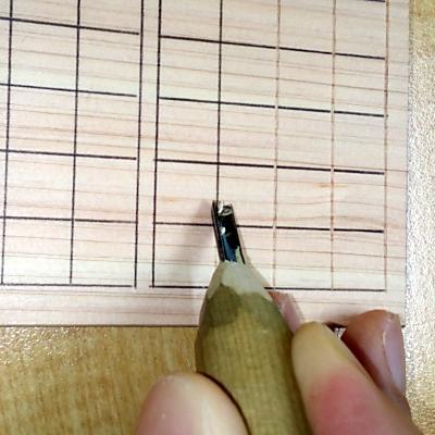 三角刀で格子を線彫りする