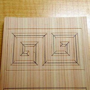 雷紋を三角刀で彫る
