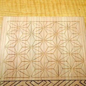 三角刀で紗綾形を線彫りする