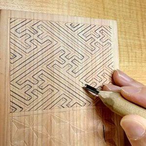 紗綾形で引っ込ませる部分を線彫りする