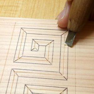 雷紋の中央部分が低くなるように平刀で斜面を彫る
