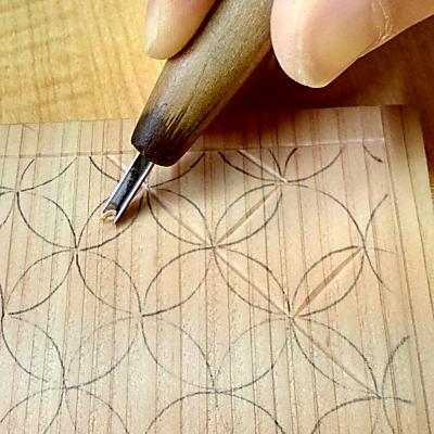 円の交点を結ぶように線彫りする(七宝つなぎ)
