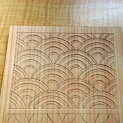 三角刀で青海波を線彫りする