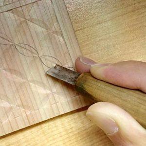 太い部分を彫るときは横方向の角度は鋭角に(寝かせて)彫る(七宝つなぎ)