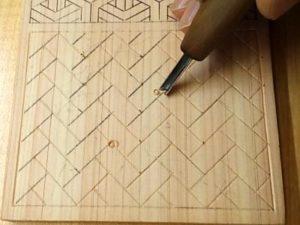 三角刀で檜垣を線彫りする