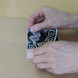 4分割した下絵を板材にのりで貼り付けています