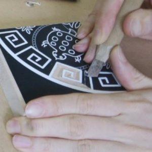 以前紹介したやり方では三角刀、平刀も使用しましたが、キワ刀でだけでも彫れる