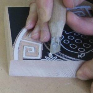 七宝つなぎでは浅丸刀を使用しましたが、今回はキワ刀で彫りました