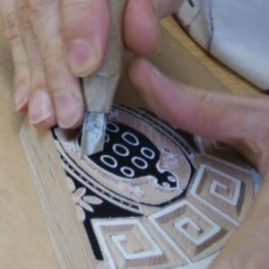甲羅の角を彫ります