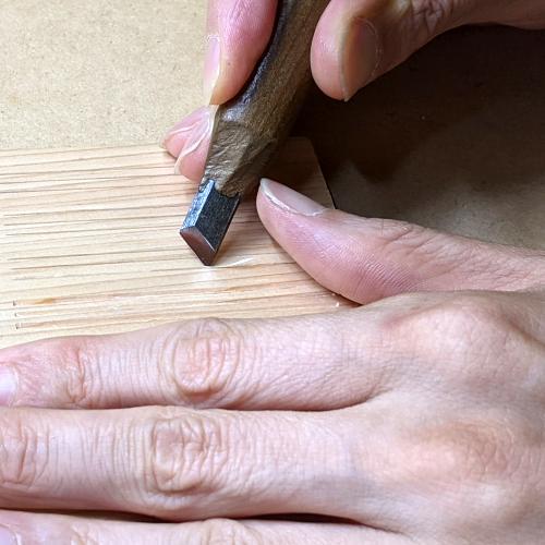 三筋立_キワ刀の表刃で彫る