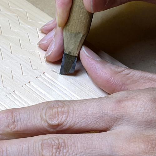 三筋立_キワ刀の裏刃で彫る
