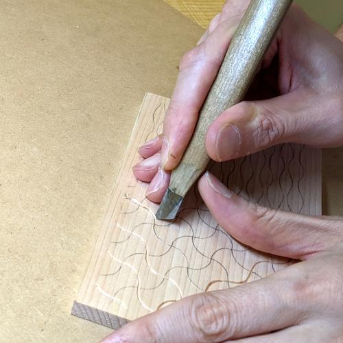 分銅繋ぎ_キワの裏刃で彫る