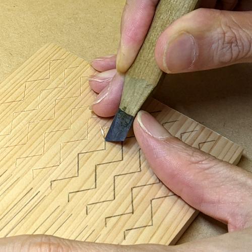 山路文_キワ刀の裏刃で彫る