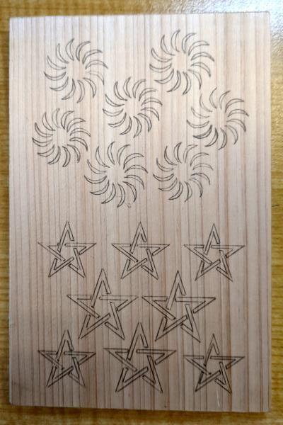 毛卍文、五芒星を木に写す