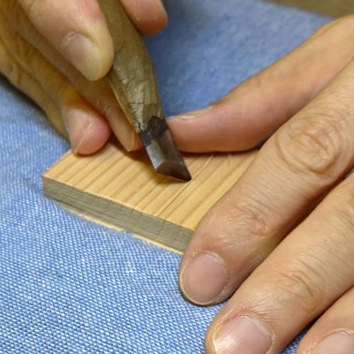 切り込みと交わるように斜面を彫る